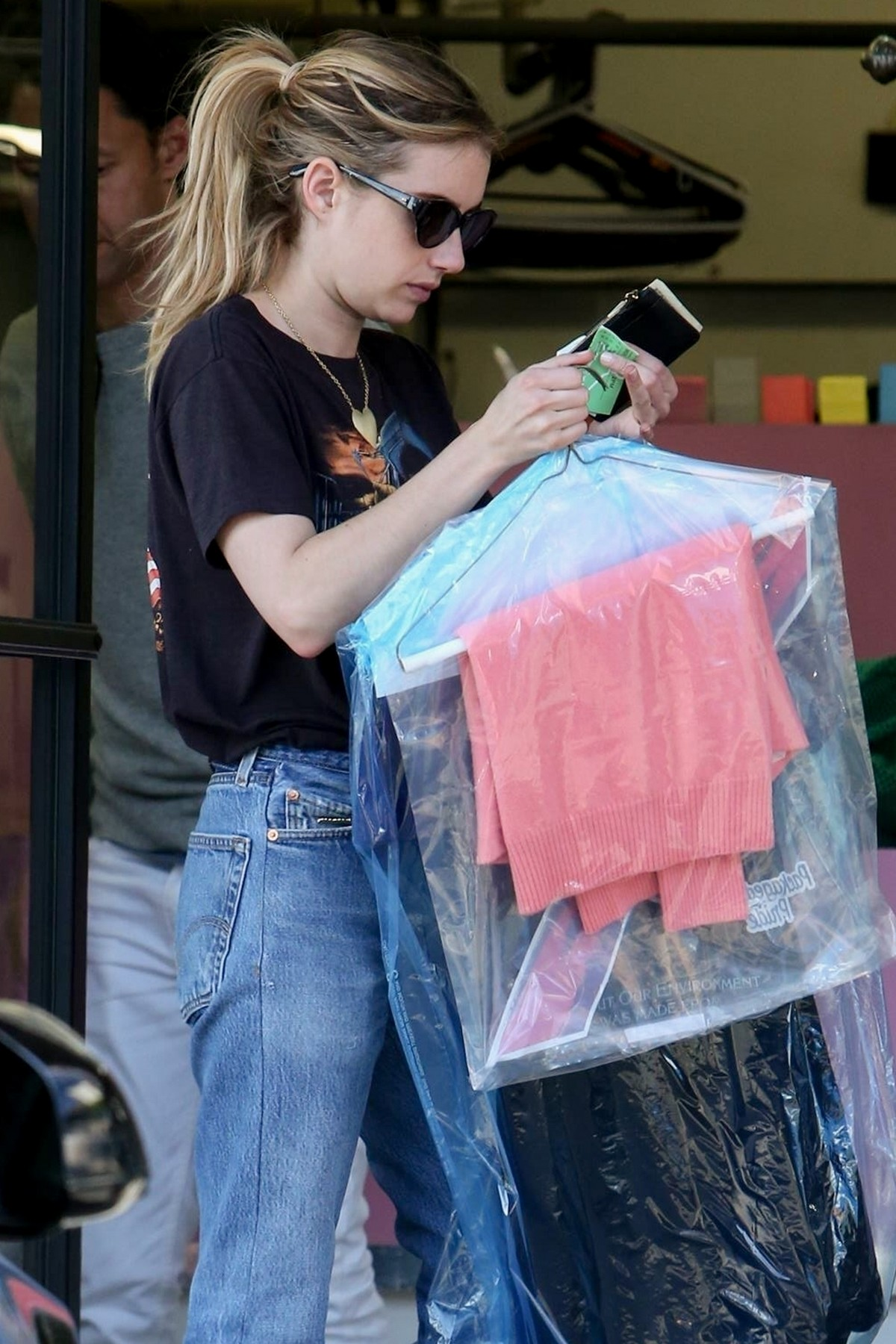 Emma Roberts Out in Los Angeles 2019/05/01 1