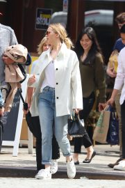 Jennifer Lawrence Spends Time with family in New York 2019/05/10 8