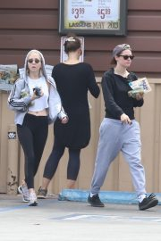Kristen Stewart and Sara Dinkin leaves a Grocery Store in Los Angeles 2019/05/04 1