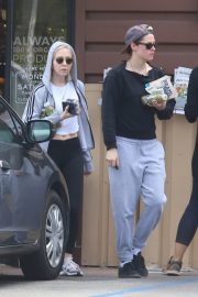 Kristen Stewart and Sara Dinkin leaves a Grocery Store in Los Angeles 2019/05/04 3