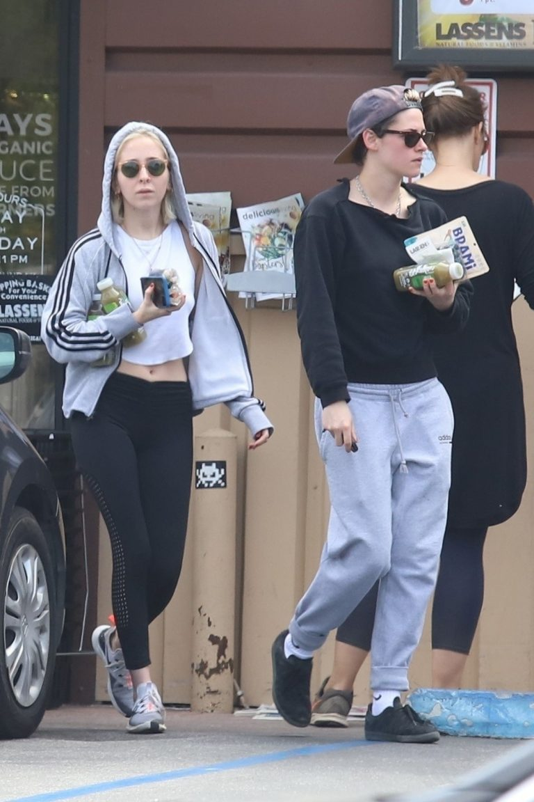 Kristen Stewart and Sara Dinkin leaves a Grocery Store in Los Angeles 2019/05/04 4