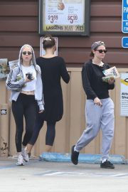 Kristen Stewart and Sara Dinkin leaves a Grocery Store in Los Angeles 2019/05/04 5