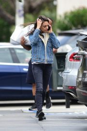 Mila Kunis reaches a Salon for a Pampering Session in Los Angeles 2019/05/10 2