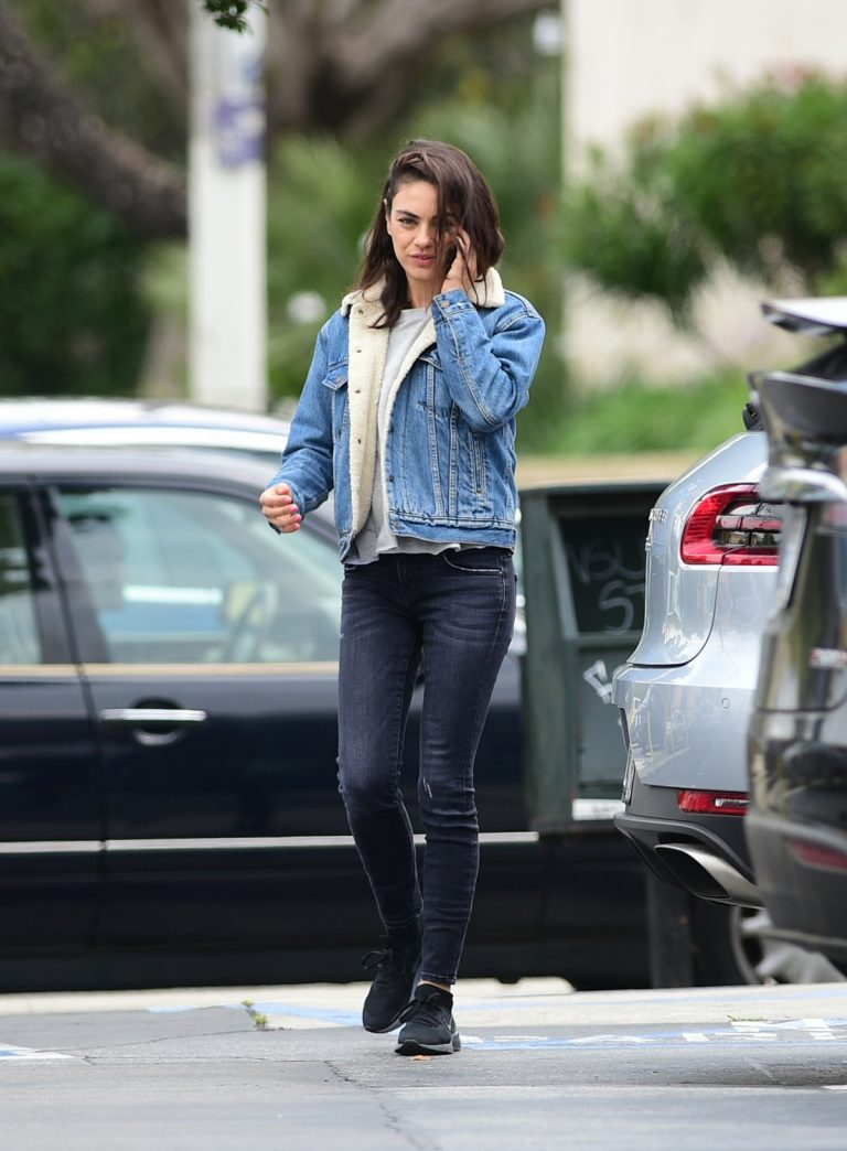 Mila Kunis reaches a Salon for a Pampering Session in Los Angeles 2019/05/10 5