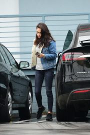 Mila Kunis reaches a Salon for a Pampering Session in Los Angeles 2019/05/10 6
