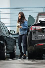 Mila Kunis reaches a Salon for a Pampering Session in Los Angeles 2019/05/10 9