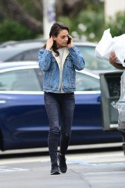 Mila Kunis reaches a Salon for a Pampering Session in Los Angeles 2019/05/10 10