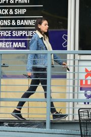 Mila Kunis reaches a Salon for a Pampering Session in Los Angeles 2019/05/10 12