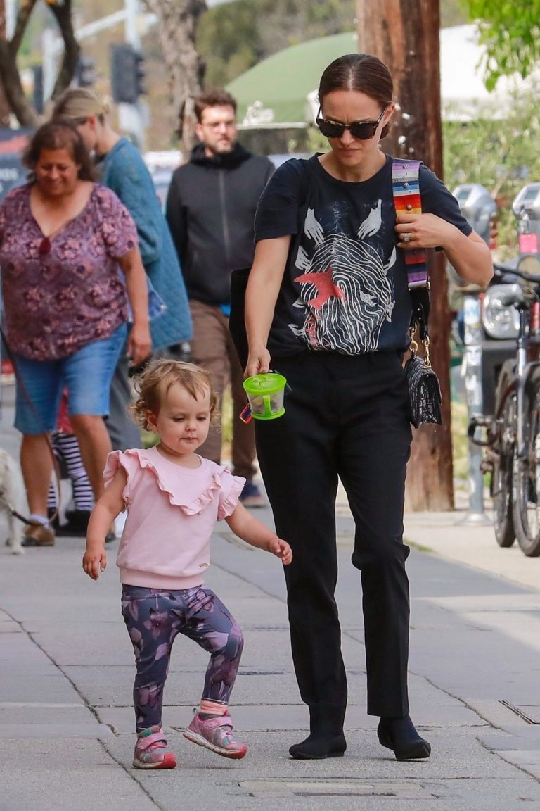 Natalie Portman Out in Glendale with her daughter 2019/04/30 8