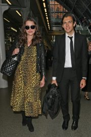 Pregnant Keira Knightley Arrives Back in London 2019/05/03 7