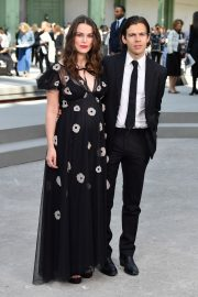 Pregnant Keira Knightley Attends The Chanel Cruise 2020 Collection: Photocall in Paris 2019/05/03 18