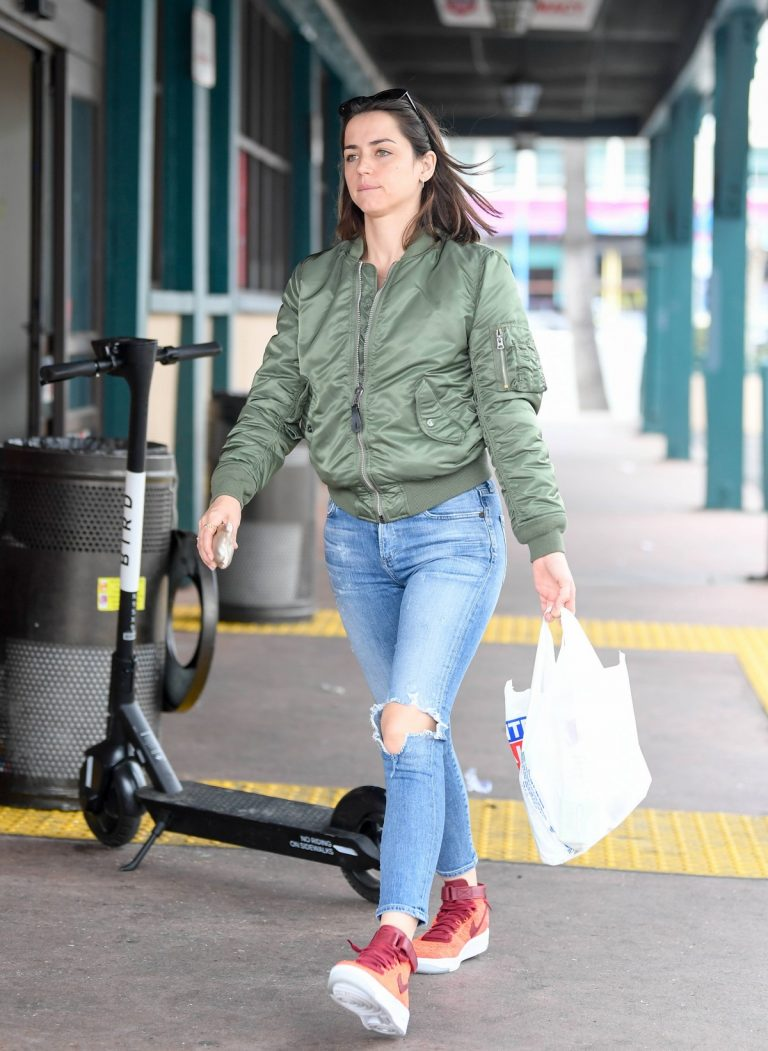 Ana De Armas in Ripped Jeans Out in Los Angeles 2019/06/24/ 1