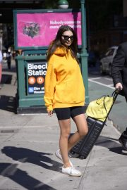 Emily Ratajkowski in Yellow Hoodies and Shorts Out in New York 2019/06/23 6
