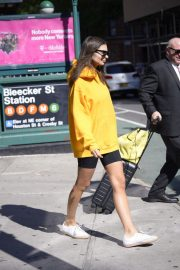 Emily Ratajkowski in Yellow Hoodies and Shorts Out in New York 2019/06/23 8