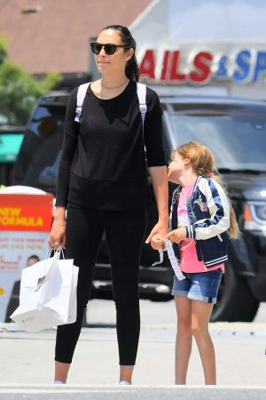 Gal Gadot with her daughter Shopping Out in Studio City 2019/06/22 3