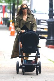 Irina Shayk Out with her daughter in New York 2019/06/19 3