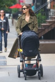 Irina Shayk Out with her daughter in New York 2019/06/19 8