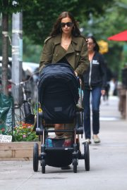 Irina Shayk Out with her daughter in New York 2019/06/19 9