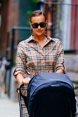 Irina Shayk with Her Daughter Lea Out in New York City 2019/06/17 4