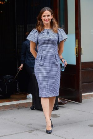 Jennifer Garner in Gingham Dress Out in New York 2019/06/18 1