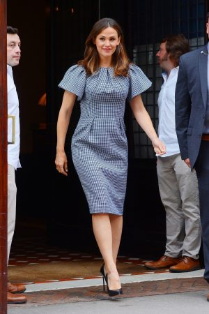Jennifer Garner in Gingham Dress Out in New York 2019/06/18 5