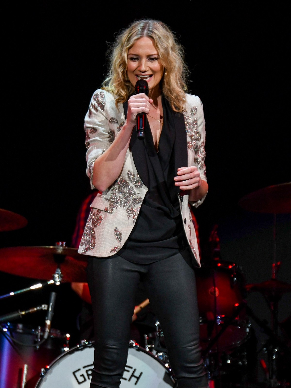 Jennifer Nettles performs Josh Groban's Bridges Tour in Indianapolis 2019/06/19 10