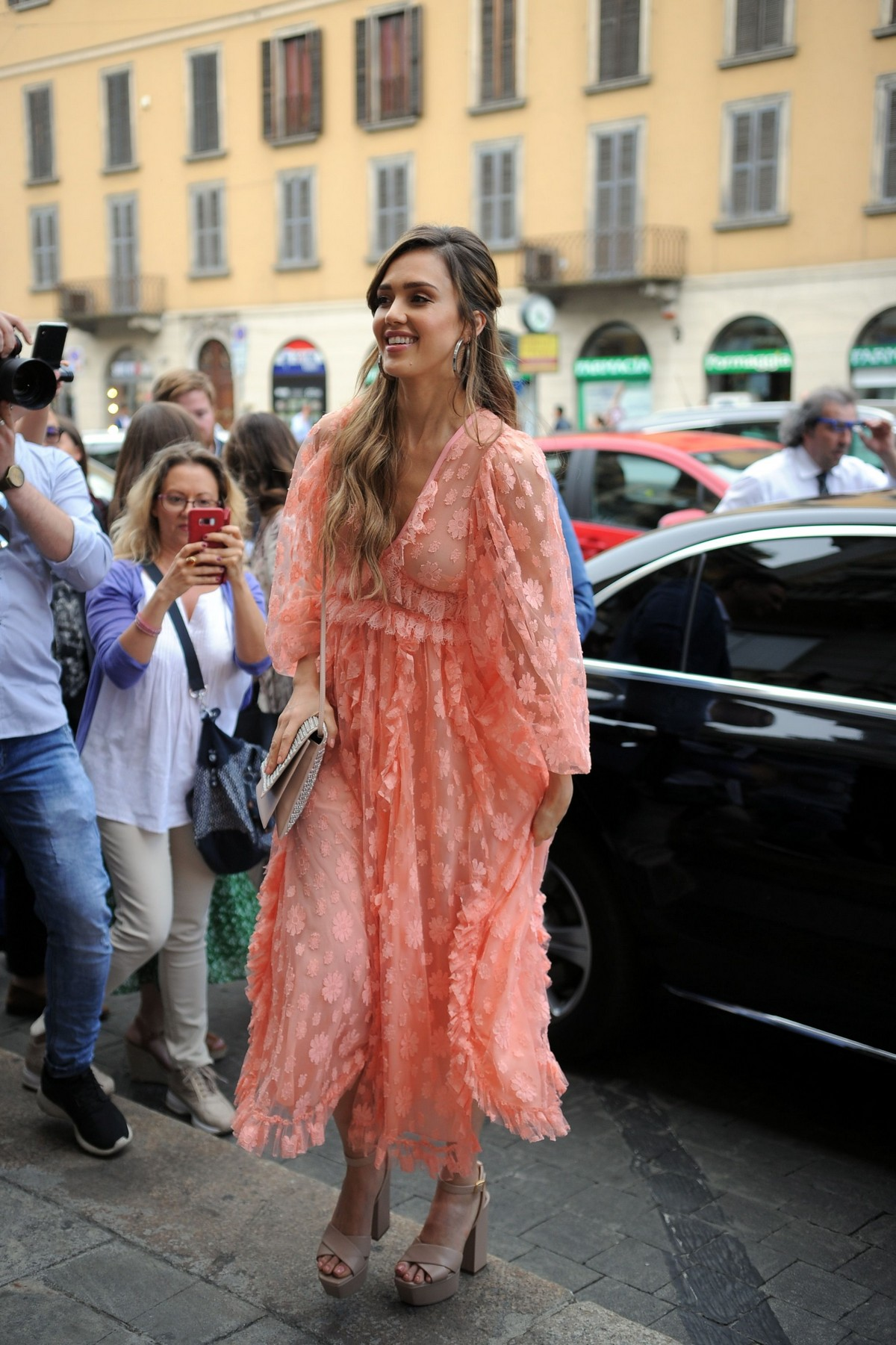 "Jessica Alba arrives at ""Douglas"" of Corso Buenos Aires in Milan 2019/06/20 10"