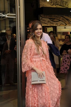 "Jessica Alba arrives at ""Douglas"" of Corso Buenos Aires in Milan 2019/06/20 12"