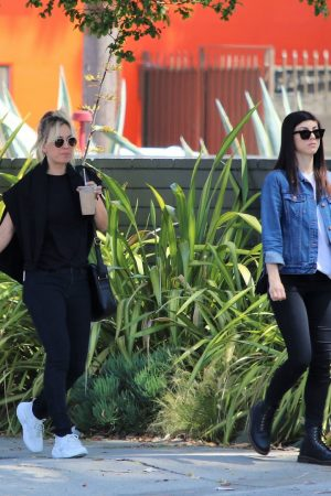 Kaley Cuoco in Black T-shirt and jeans with her sister Out in Los Angeles 2019/06/18 1