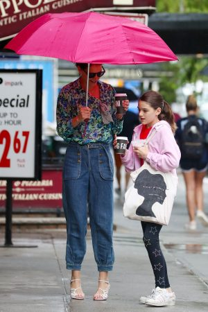 Katie Holmes in Floral Shirt Out in New York 2019/06/21 4