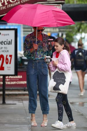 Katie Holmes in Floral Shirt Out in New York 2019/06/21 5