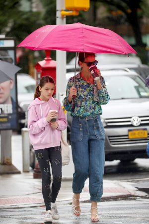 Katie Holmes in Floral Shirt Out in New York 2019/06/21 7