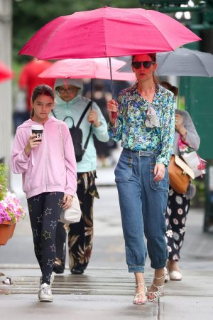 Katie Holmes in Floral Shirt Out in New York 2019/06/21 11