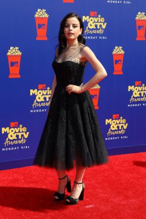 Katie Sarife arrives 2019 MTV Movie & TV Awards at Barker Hangar in Los Angeles 2019/06/15 3