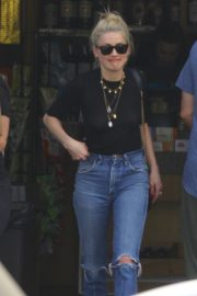 Amber Heard in Black Top and Ripped Jeans Out in Los Angeles 2019/07/07 3