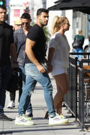Britney Spears and Sam Asghari at Le Pain in Beverly Hills 2019/07/12 4