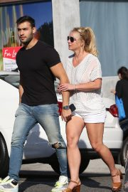 Britney Spears and Sam Asghari at Le Pain in Beverly Hills 2019/07/12 12
