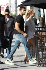 Britney Spears and Sam Asghari at Le Pain in Beverly Hills 2019/07/12 13