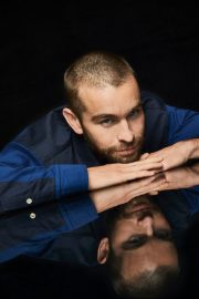 Chace Crawford portrait photoshoot in the Pizza Hut Lounge at 2019 in San Diego 2019/07/20 1