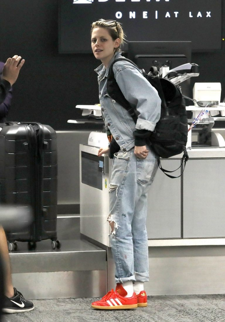 Kristen Stewart in Denim Shirt and Ripped Jeans Out of Los Angeles 2019/07/04 1