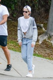 Kristen Stewart in Short Top with Blue Denims Out in Los Angeles 2019/07/23 1
