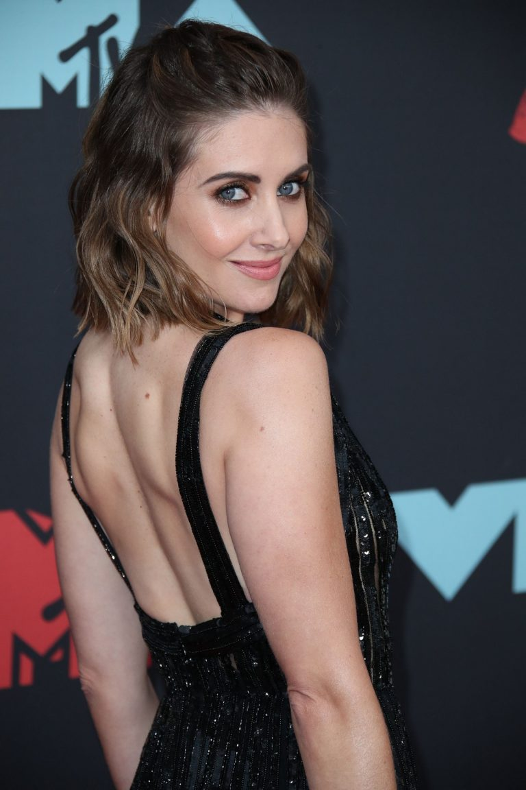 Alison Brie attends 2019 MTV Video Music Awards at Prudential Center 2019/08/26 16