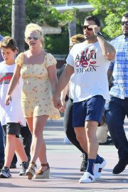 Britney Spears with her Boyfriend Sam Asghari and Kids Out in Disneyland 2019/08/04 4
