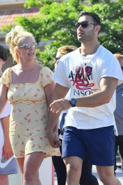 Britney Spears with her Boyfriend Sam Asghari and Kids Out in Disneyland 2019/08/04 5