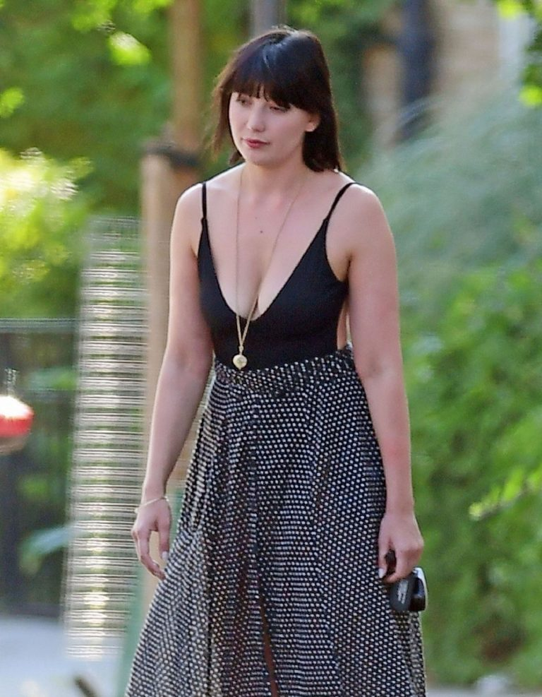 Daisy Lowe flashes her cleavage in Long Neck Top Out in London 2019/08/28 4