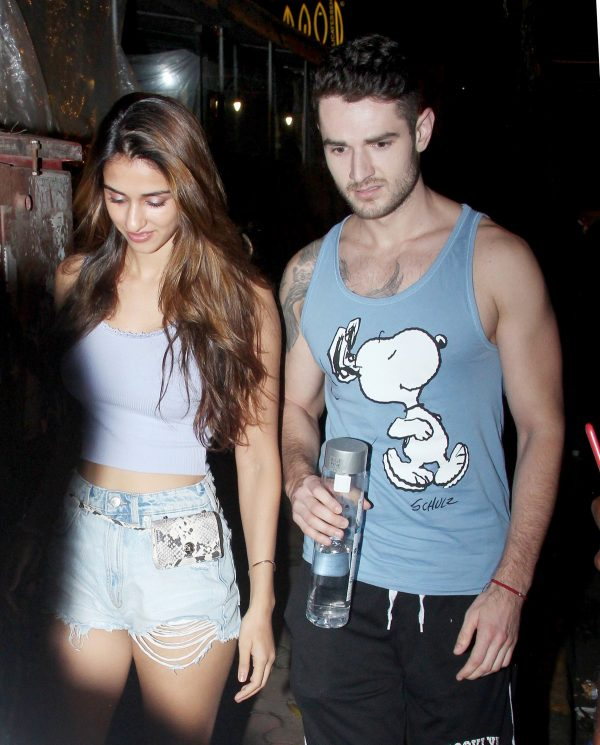 Disha Patani with her friends Night Out in Bandra, Mumbai 2019/08/28 2