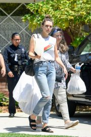 Elizabeth Olsen with her mom Jarnette Olsen at the police station in Studio City 2019/08/08 3