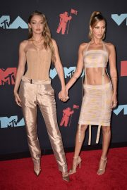 Gigi and Bella Hadid attends 2019 MTV Video Music Awards at Prudential Center 2019/08/26 4