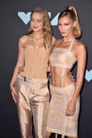 Gigi and Bella Hadid attends 2019 MTV Video Music Awards at Prudential Center 2019/08/26 6