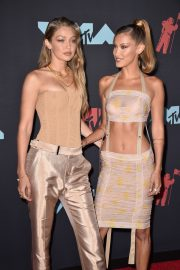 Gigi and Bella Hadid attends 2019 MTV Video Music Awards at Prudential Center 2019/08/26 7